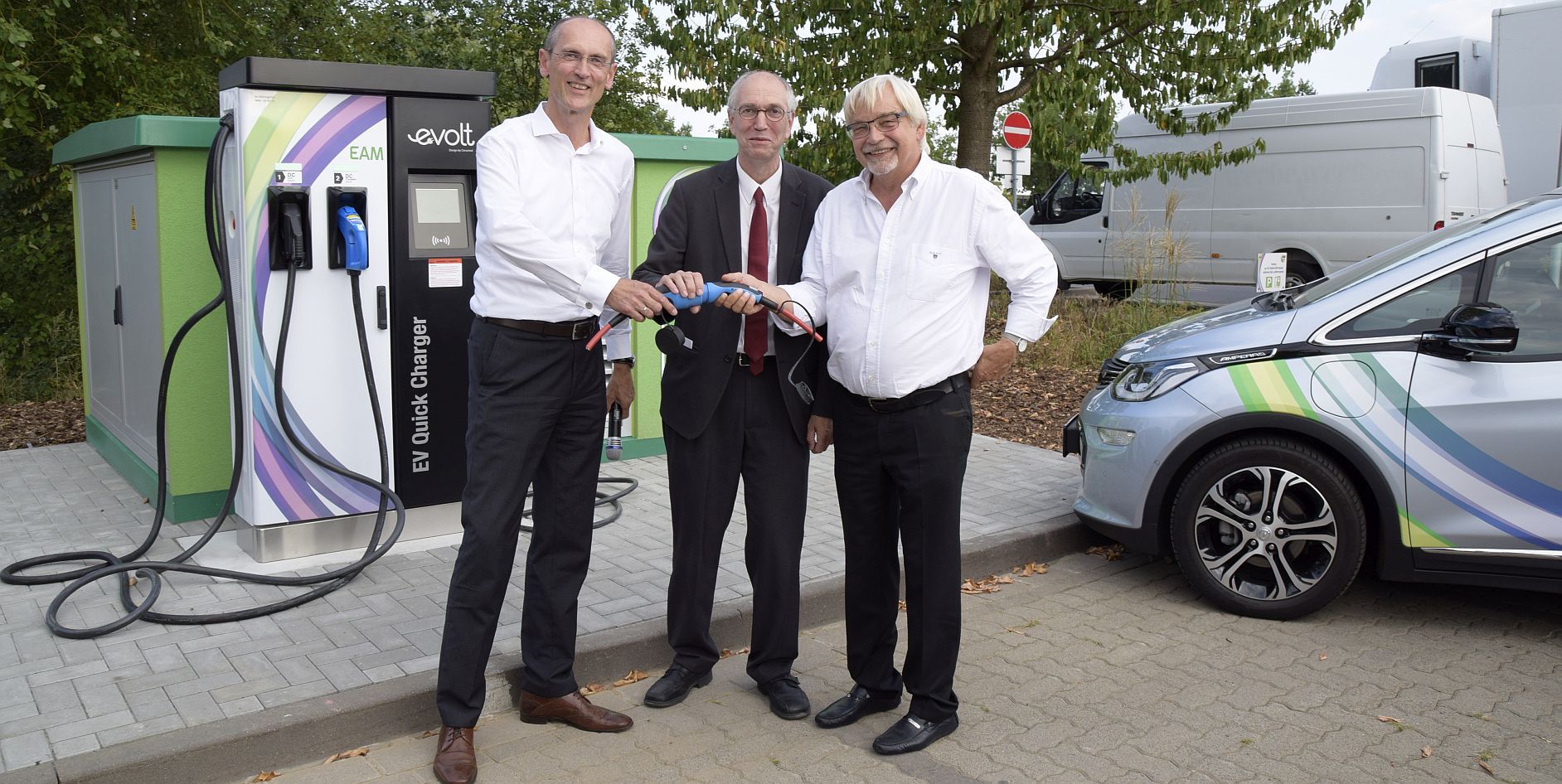 Bei der Eröffnung der Schnellladesäule in Göttingen im vergangenen Jahr: (v.li.) EAM-Geschäftsführer Thomas Weber, Hans-Peter Wyderka (nieders. Ministerium für Wirtschaft, Arbeit, Verkehr und Digitalisierung) sowie Oberbürgermeister Rolf-Georg Köhler.