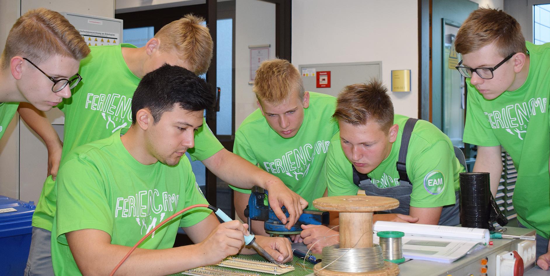 Schüler im Alter von 15 bis 18 Jahren lernten im Rahmen eines EAM-Feriencamps den Alltag eines Auszubildenden für den Beruf Elektroniker/in für Betriebstechnik bei der EAM kennen.