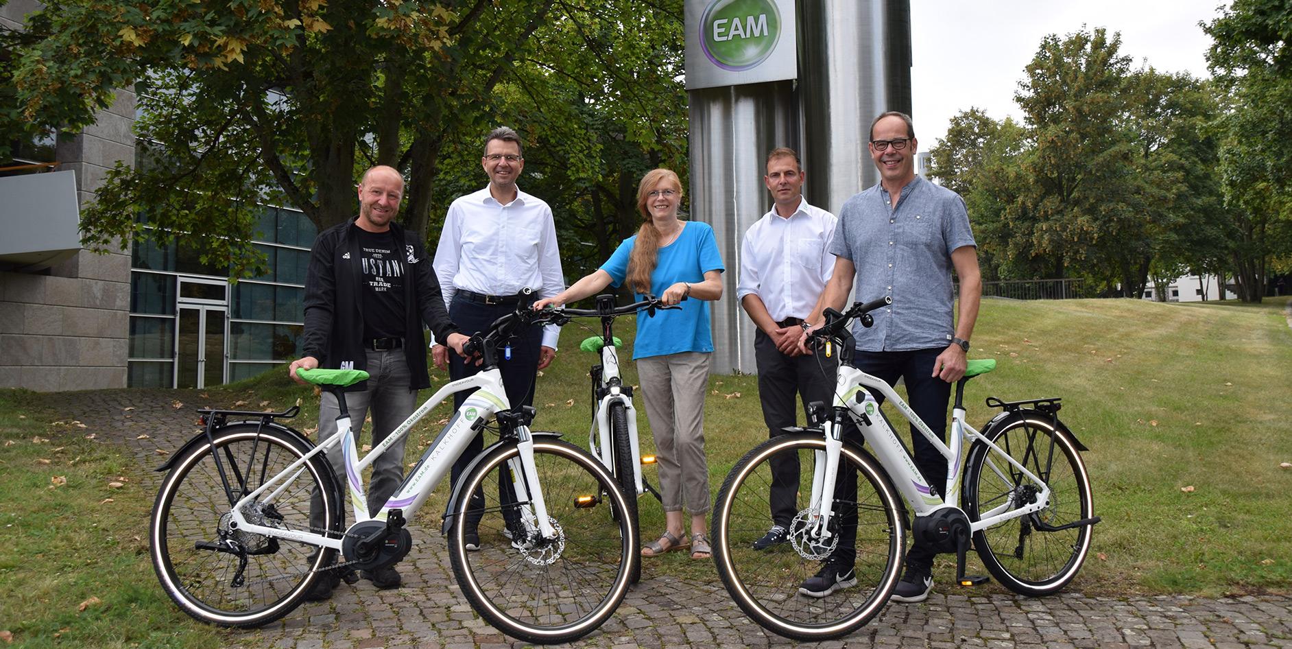 Die Gewinner der EAM-Sommeraktion nehmen ihre E-Bikes in Empfang.