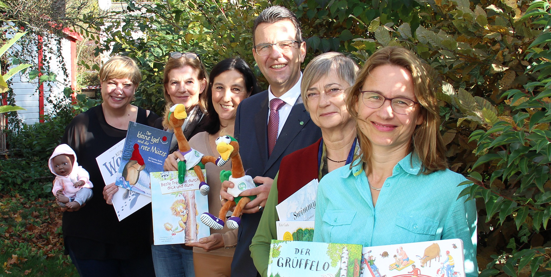 EAM-Geschäftsführer Georg von Meibom übergibt die Spende an den Kinderschutzbund Kassel.